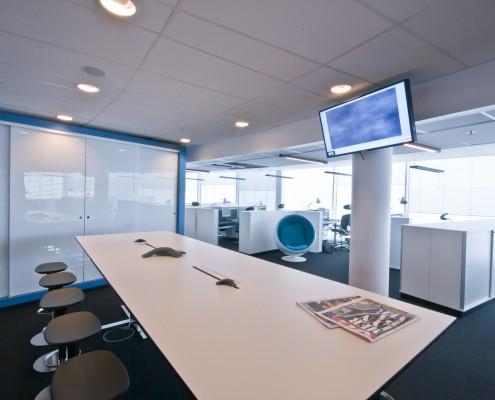 møtebord i åpent kontorlandskap