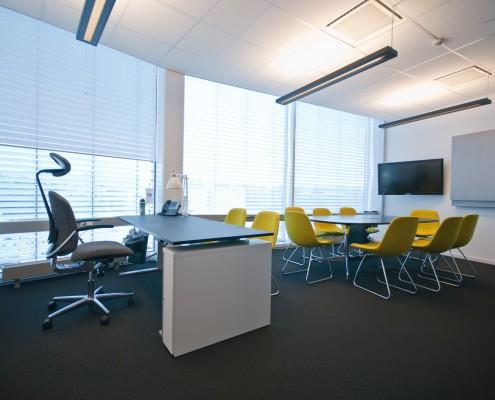 Åpent kontorlandskap med møtebord interiørarkitekt Berentsen