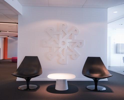 Helhvit vegg med logotype interiørarkitekt Berentsen
