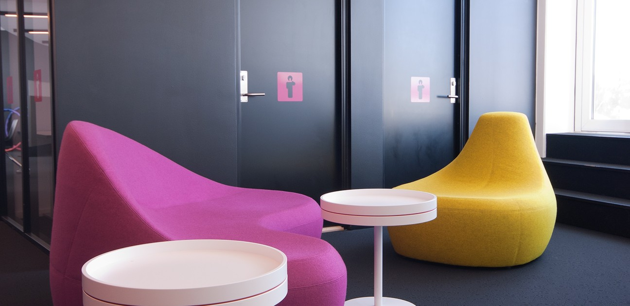 Interiørarkitekt Berentsen: Fargerikt møblement fra kontorbygg.