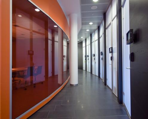 Rødt og hvitt moderne gangareal hos Reitan tegnet av interiørarkitekt Anne Berentsen
