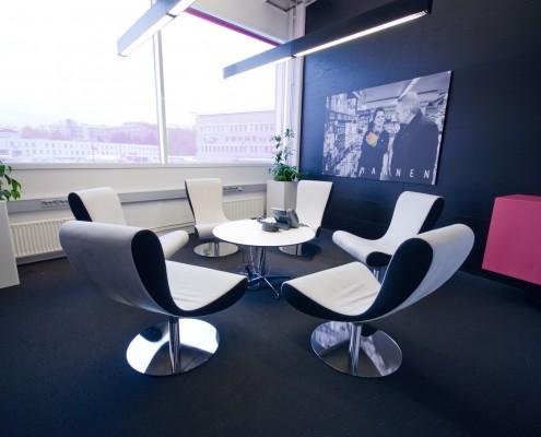 Moderne stoler i hvitt mot sort teppe