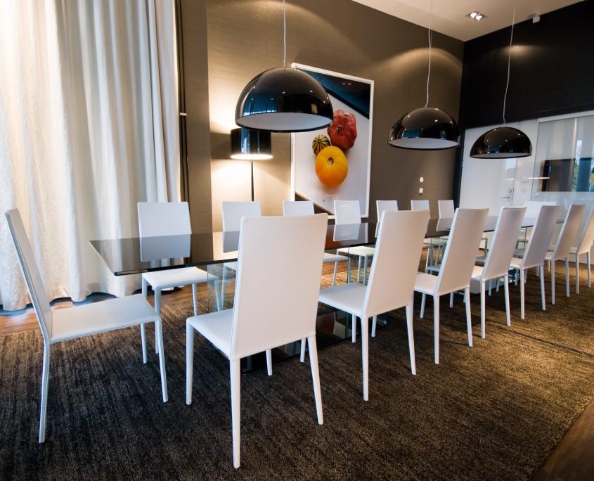 Elegant møterom i stor kontorbygning