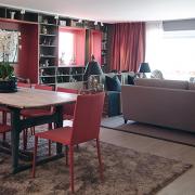 Rehabilitert stue i Oslo med røde vindusforinger