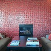 Rød mosaikkpeis i rehabilitert leilighet i terrasseblokk